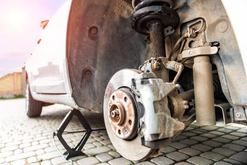 Reparatur des Stoßdämpfers des Autos, eine Polsterungsflüssigkeit heraus geleckt stockfotografie