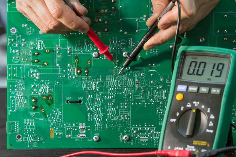 Reparatur einer Ersatzstromversorgung in dem Service-Center lizenzfreie stockfotografie