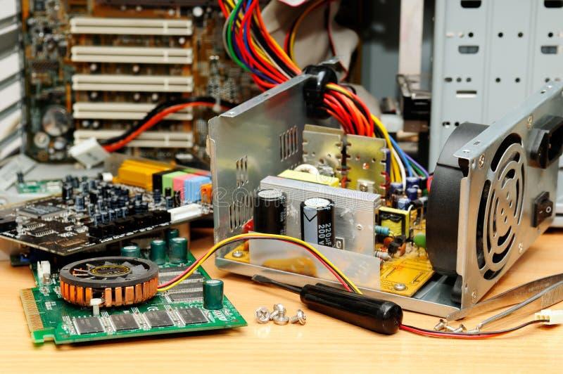 Reparatur eines Computers lizenzfreies stockbild