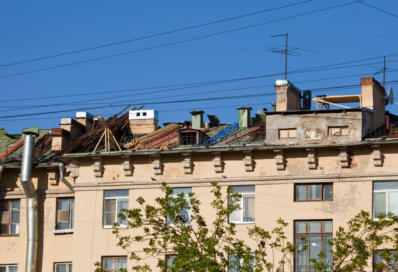 Reparatur eines Dachs auf dem Stadtgebäude lizenzfreie stockbilder