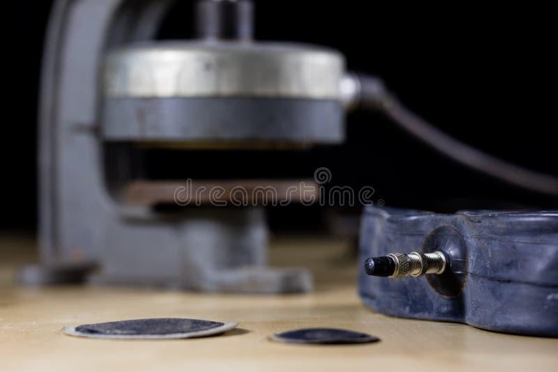 Reparatur eines Fahrradrohrs in einer Reifenabbindenwerkstatt Detek-repai lizenzfreie stockfotos