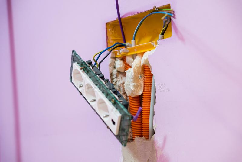Reparatur, Erneuerung, Strom und Drahtinstallation, die Raum erneuert stockbild