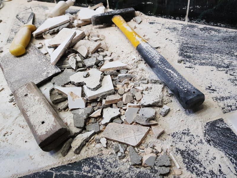 Reparatur - Gebäude mit Werkzeugen hämmern, Vorschlaghammer, Spalter und ein Messer mit Scherben der Fliese stockbilder