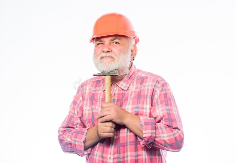 Reparatur oder Erneuerung Heimwerkenreparatur Arbeiterabnutzungssturzhelm-Griffhammer des Mannes bärtiger Reparieren Sie Konzept  lizenzfreie stockbilder