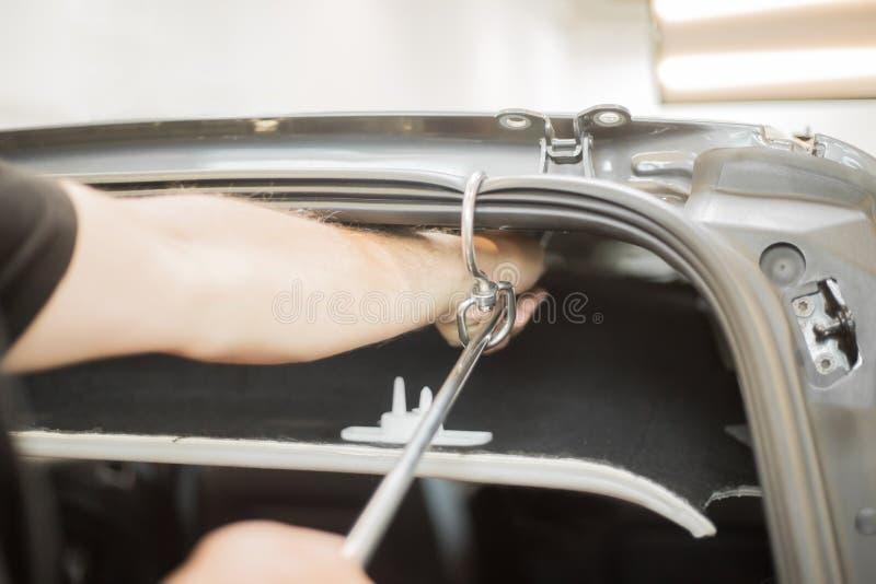 Reparatur von Einbuchtungen in einem Auto stockbild
