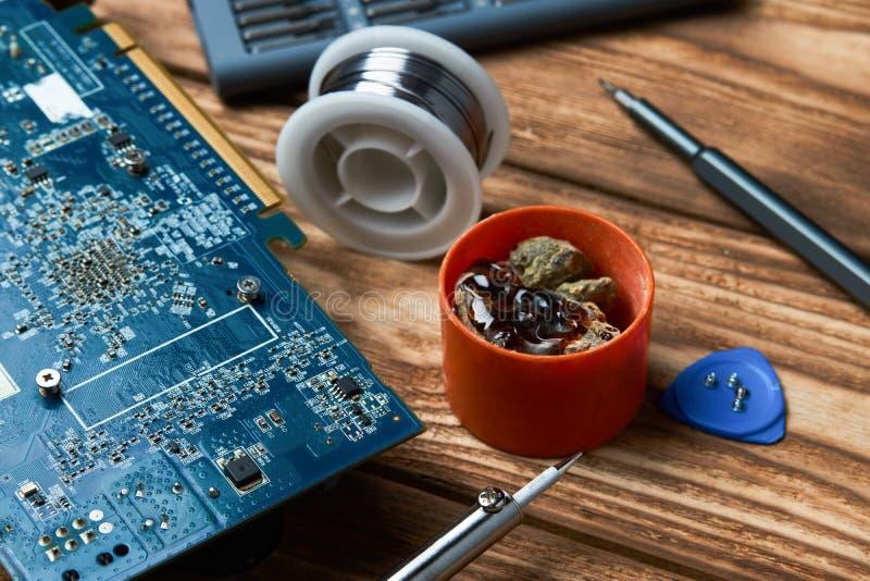 Reparatur von elektronischen Geräten, lötende Teile des Zinns lizenzfreies stockfoto