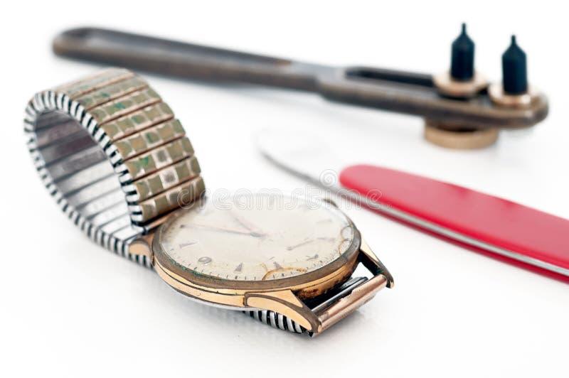 Reparatur von Uhren stockbild