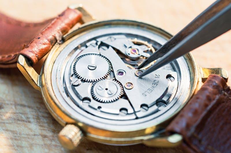 Reparatur von Uhren lizenzfreie stockbilder