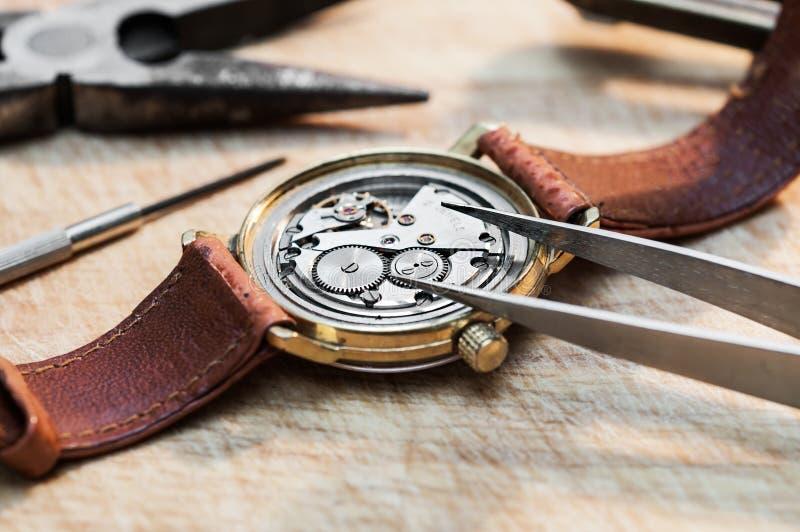 Reparatur von Uhren lizenzfreie stockfotografie