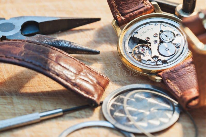 Reparatur von Uhren stockfotografie