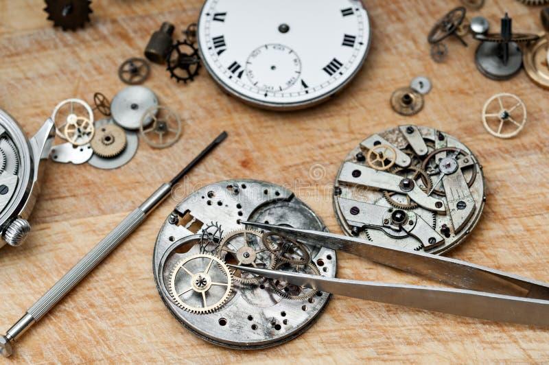 Reparatur von Uhren stockbilder