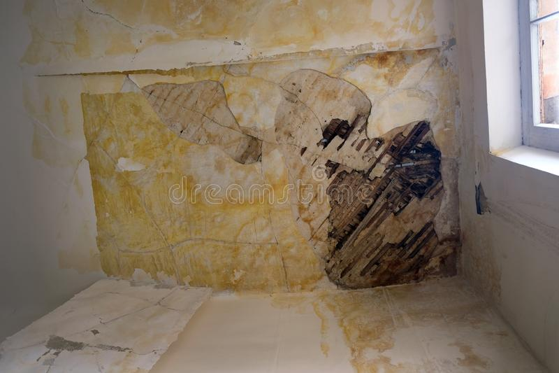 Reparaturarbeit innerhalb eines Wohngebäudes und einer Beseitigung der Ursachen des Dachdurchsickerns lizenzfreie stockbilder