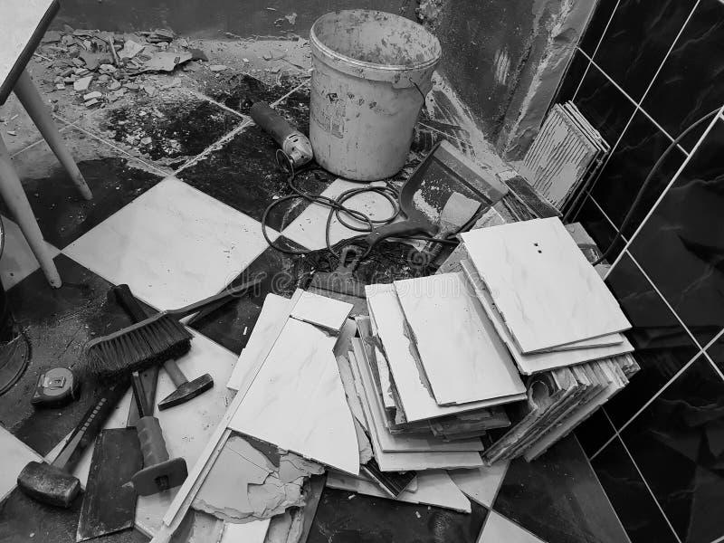 Reparaturgebäude mit Werkzeugen und Hammer, Meißel, Spalter, Bürste, Müllschippe und Maßband lizenzfreie stockbilder