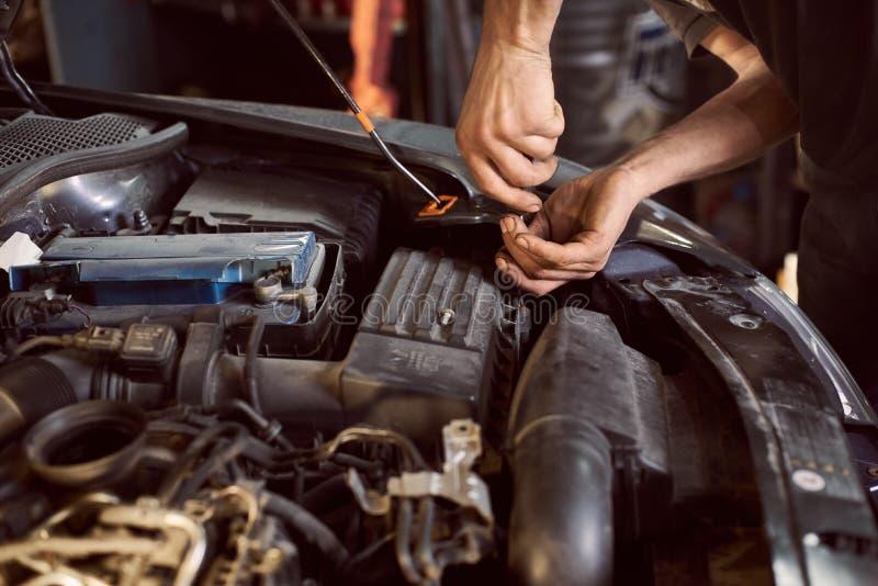 Reparaturwagen in Reparaturstation stockfotos