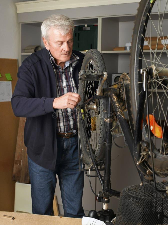 Repare a bicicleta imagem de stock royalty free