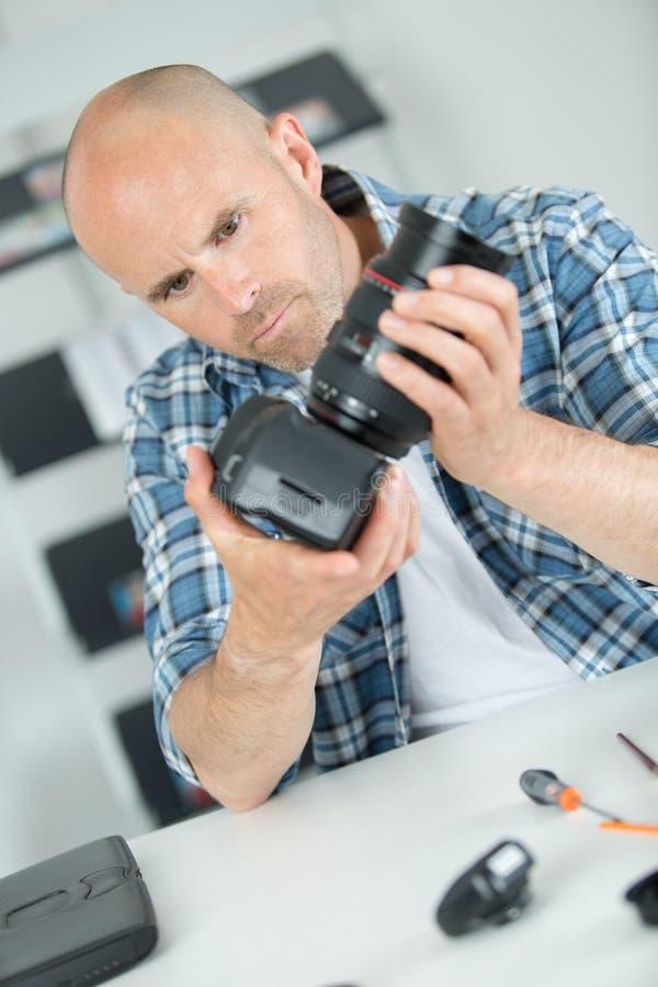 Repare câmera digital quebrada do slr no centro de serviço foto de stock