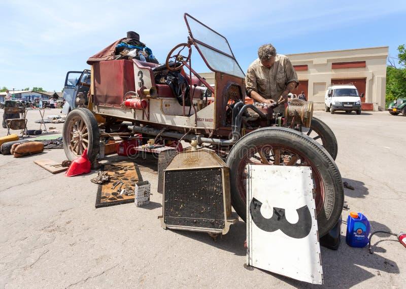 Repare el coche retro Ford Model T 1913 años foto de archivo