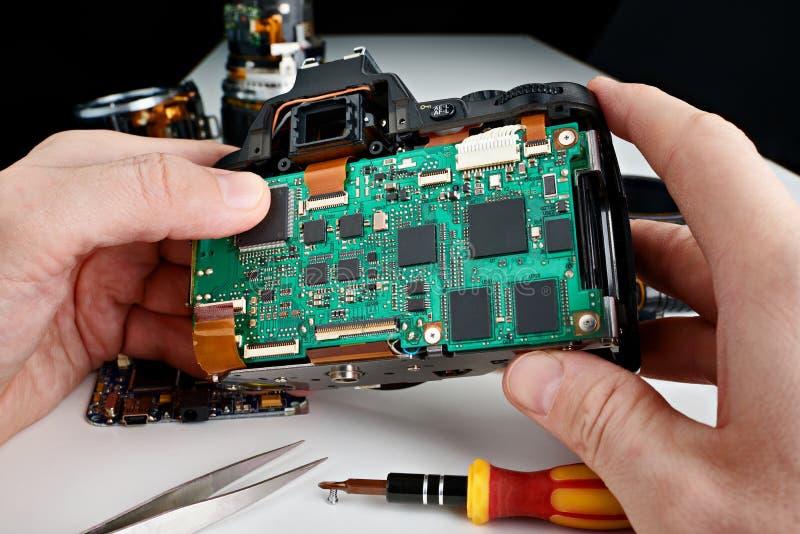 Repare la cámara quebrada de la foto DSLR en servicio fotos de archivo libres de regalías