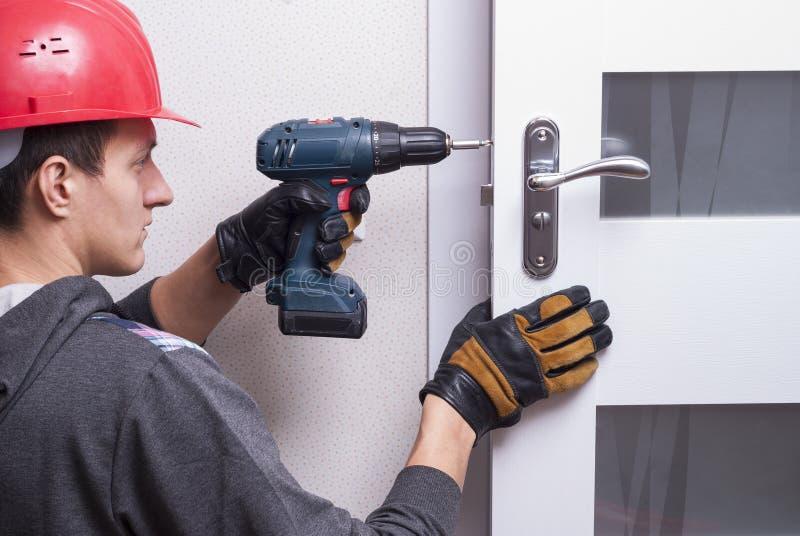 Repare la cerradura de puerta imagen de archivo libre de regalías