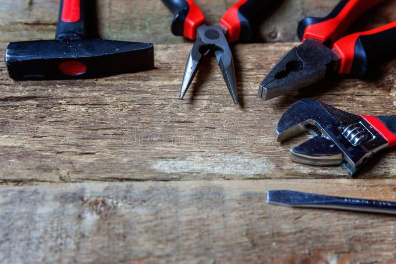 Repare las herramientas en una tabla de madera foto de archivo libre de regalías
