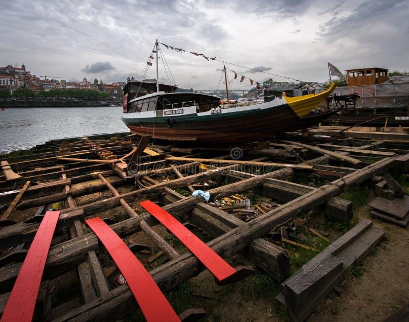 Repare los astilleros de los barcos portugueses tradicionales para el carro del vino de Oporto foto de archivo libre de regalías
