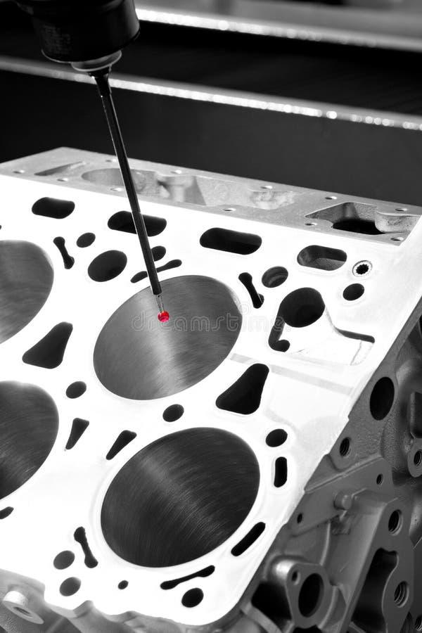 Repare o bloco de cilindros, peça automotivo de alumínio do motor da dimensão da inspeção do operador por CMM após fazer à máquin imagens de stock royalty free
