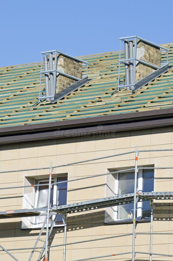 Repare o telhado, a parede e a chaminé da casa fotografia de stock royalty free