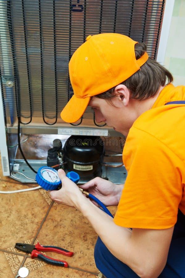 Repare o trabalho no dispositivo do refrigerador imagem de stock