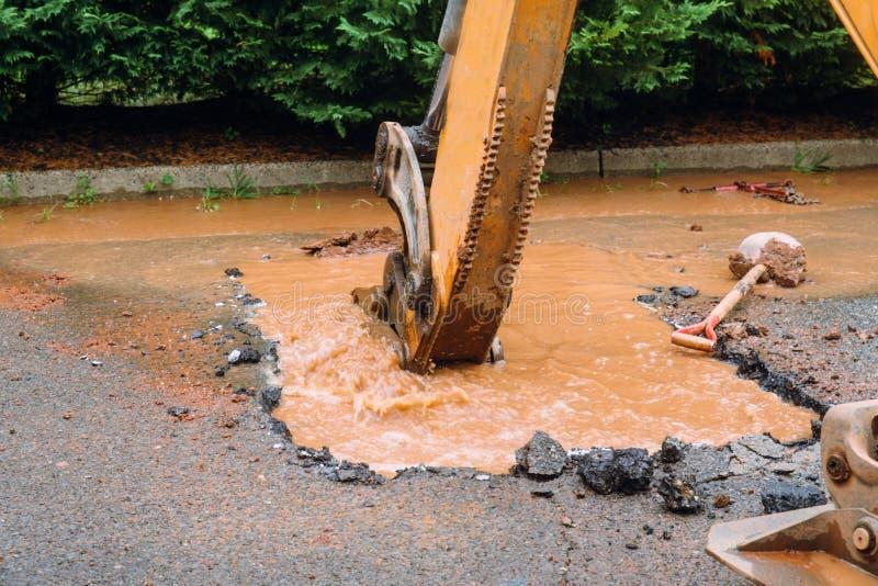 Repare a tubulação quebrada para doméstico na terra da lama fotos de stock