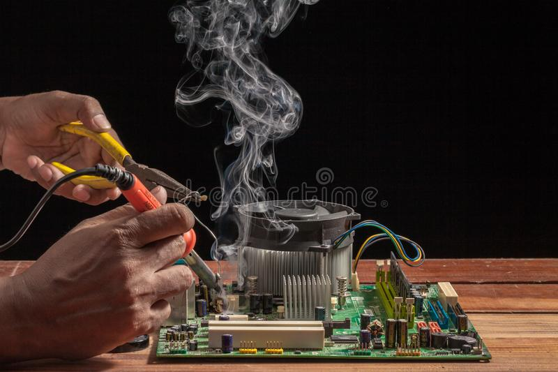 repare um ferro de solda é uma ferramenta usada na solda Fornece o calor à solda do derretimento imagens de stock royalty free