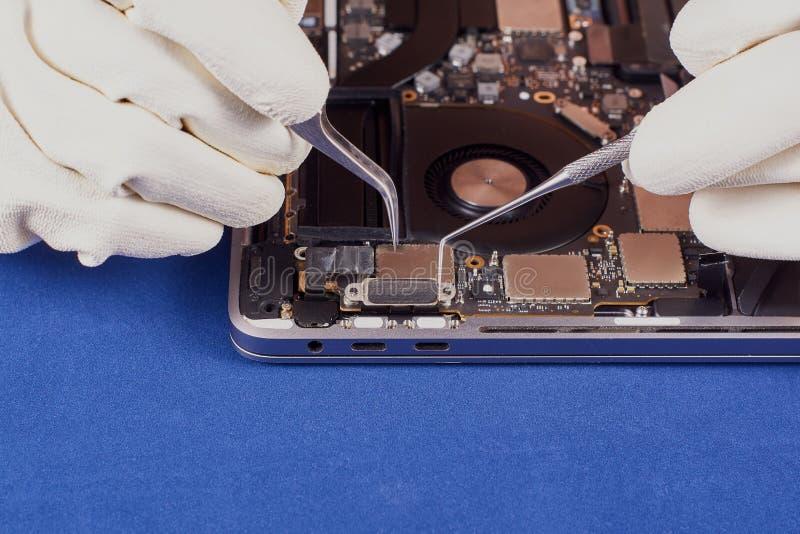 Repare un ordenador portátil imagen de archivo