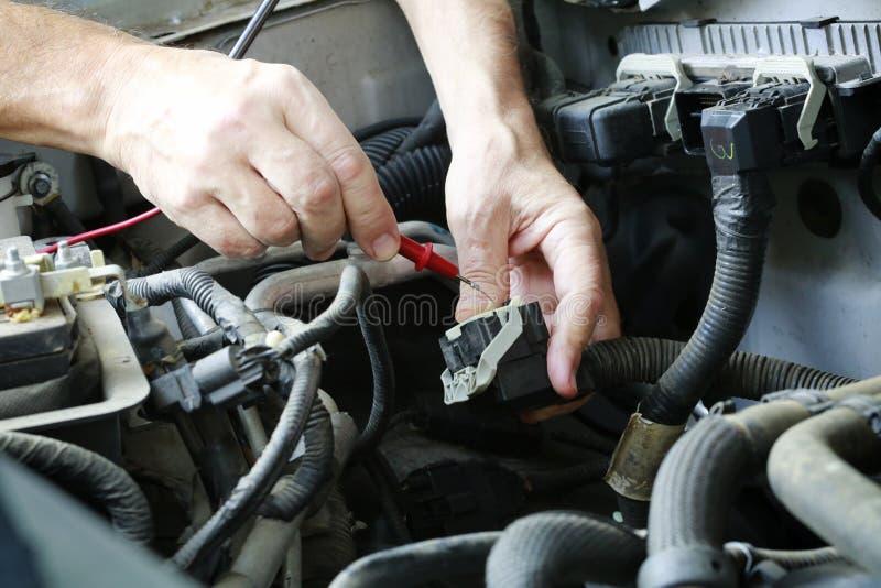 Reparemotor van een auto stock afbeelding