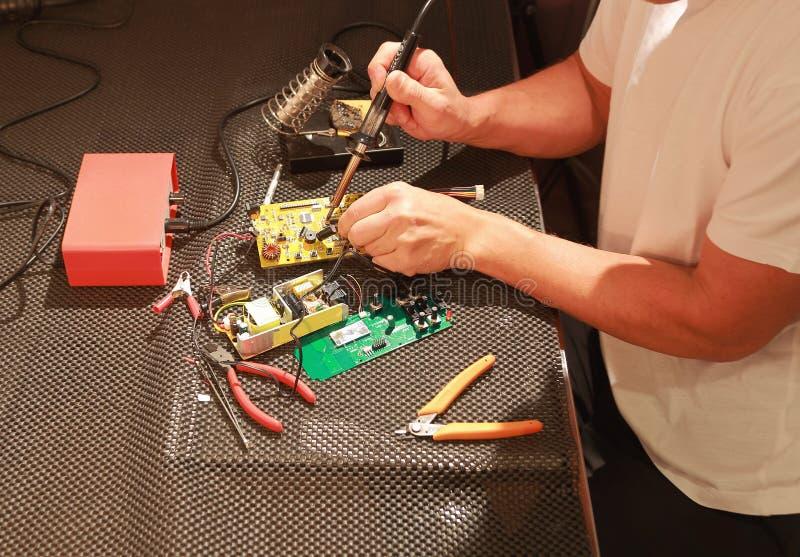 Reparera av den elektroniska apparaten royaltyfria foton