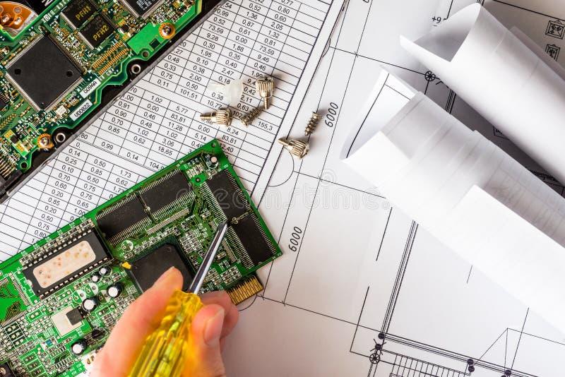 Reparera den brutna datoren, handen som rymmer en skruvmejsel royaltyfria foton