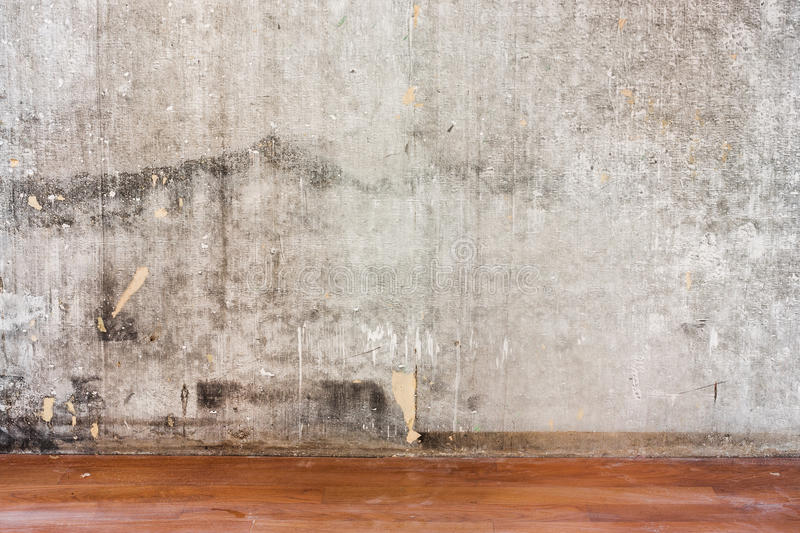 Reparera den gamla betongväggen för rum och smutsa ner det bruna golvet royaltyfri bild