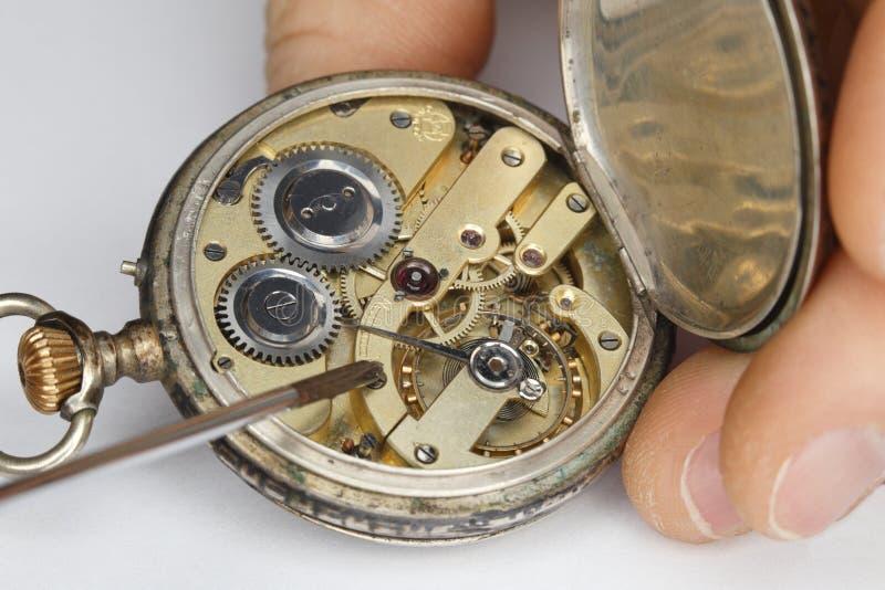 Reparera den gamla klockan arkivbild