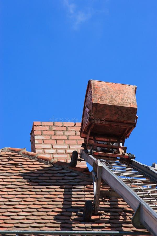 Reparera ett tak arkivfoton