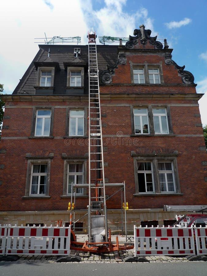Reparera ett tak royaltyfri foto