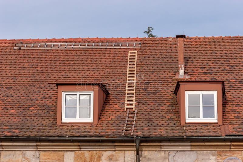 Reparera ett tak - säkerhet första fotografering för bildbyråer
