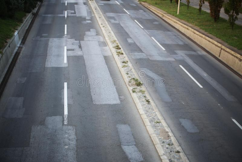 Reparerad huvudväg V?g huvudv?g Stad royaltyfria bilder