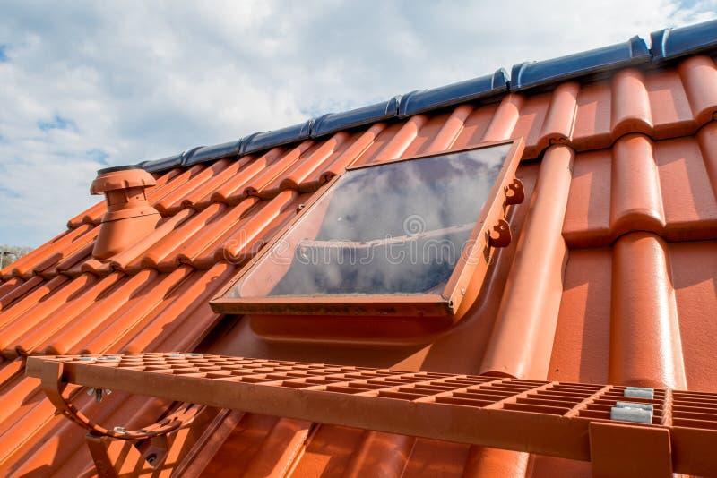 Reparerat tak - nytt tak royaltyfria bilder