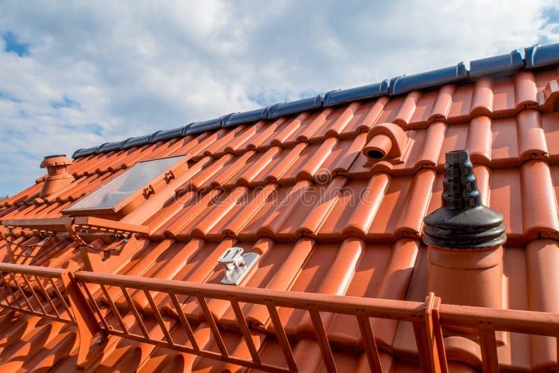 Reparerat tak - nytt tak fotografering för bildbyråer