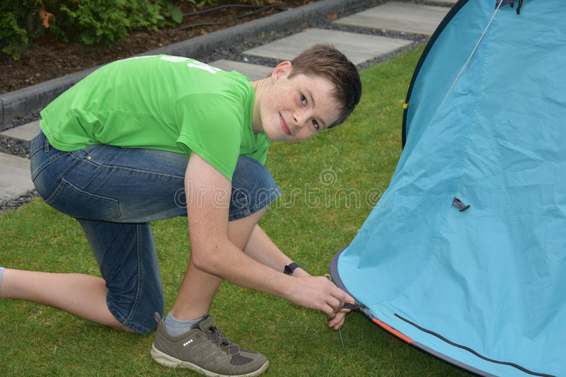 Reparieren des Zeltes stockfoto