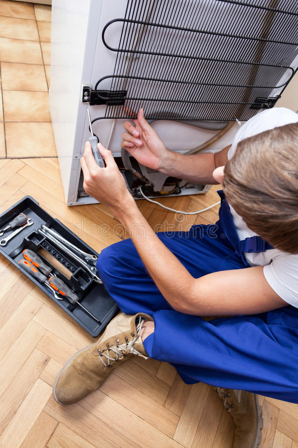 Reparieren eines Kühlschranks lizenzfreies stockbild