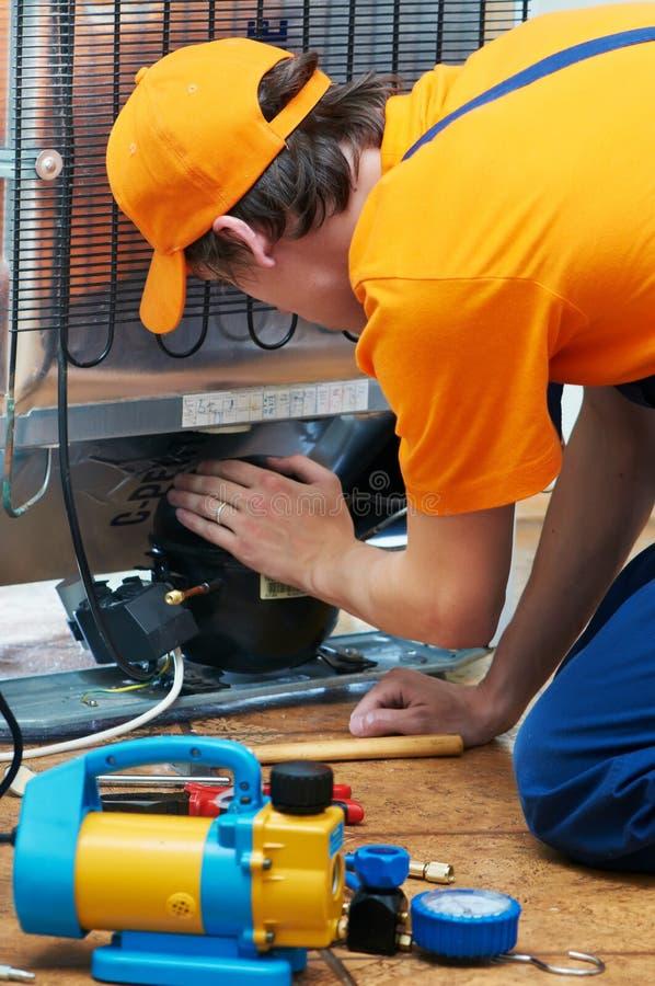 Reparieren Sie Arbeit über Kühlraumgerät stockbilder