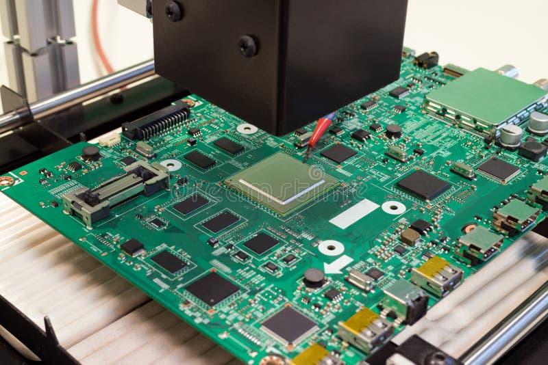Reparieren Sie Brett der elektronischen Schaltung auf Infrarotüberarbeitungsstation, BGA-Chipersatz stockbild