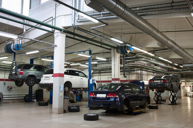Download Reparieren Sie Garage stockfoto. Bild von bewegung, chassis - 26363558
