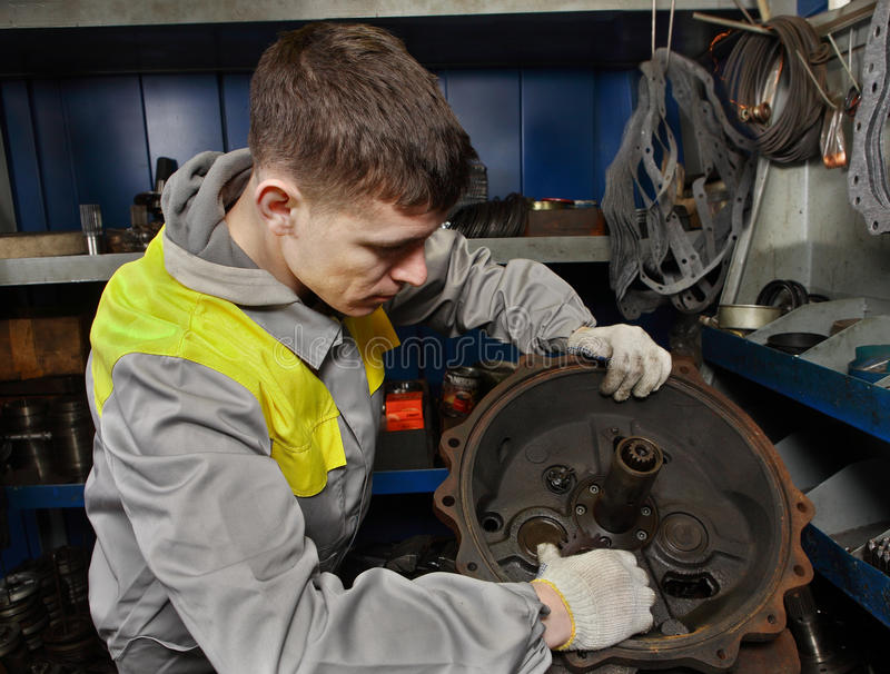 Reparieren Sie Werkstatt-LKW-Lader, Automechaniker-Montagemaschine moto lizenzfreies stockfoto