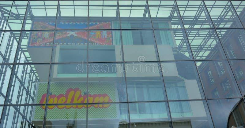 Reparing ζημία εργαζομένων μεγάλου υψομέτρου σε ένα σύγχρονο κτήριο στοκ φωτογραφίες