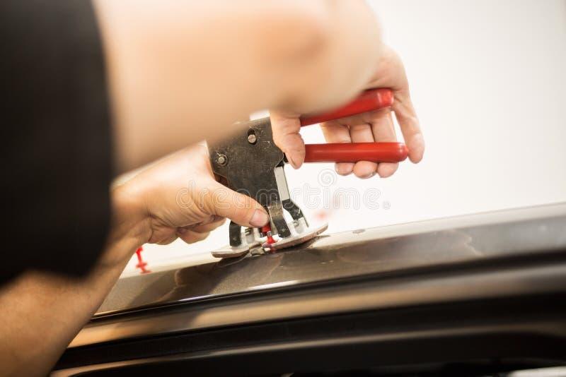 Reparing-Einbuchtungen in einem Auto stockfotos